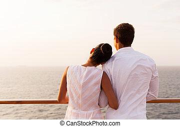 couple, apprécier, coucher soleil, jeune, croisière