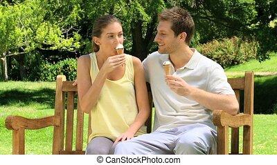 couple, apprécier, crèmes, glace, heureux