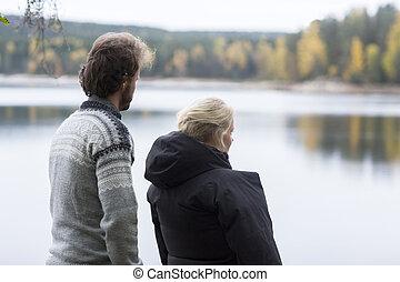 couple, apprécier, lac, camping, vue