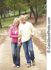 couple, apprécier, parc, personne agee, promenade