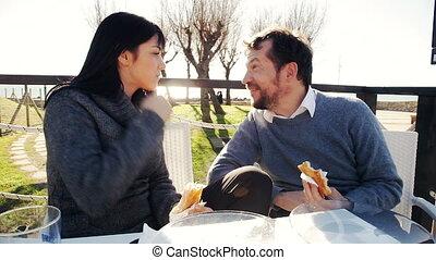 couple, apprécier, petit déjeuner, heureux