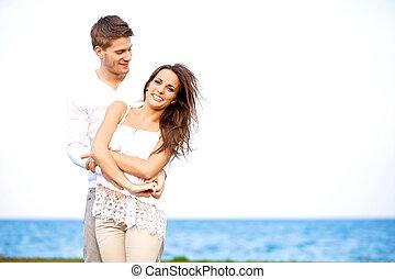 couple, apprécier, plage, venteux, séduisant