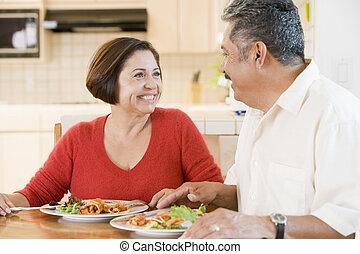 couple, apprécier, repas, personnes agées, ensemble