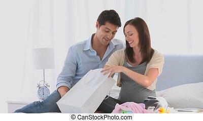 couple, après, achats, sur, leur, lit