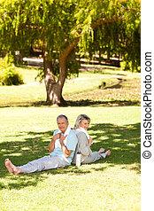 couple, après, leur, streches, dans parc