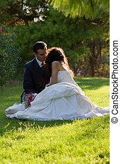 couple, après, parc, jeune, mariage, baisers