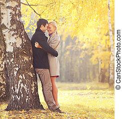 couple, arbre étreindre, heureux, jeune, parc, aimer, automne