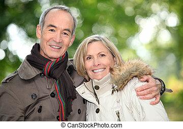 couple, automnal, plus vieux, promenade