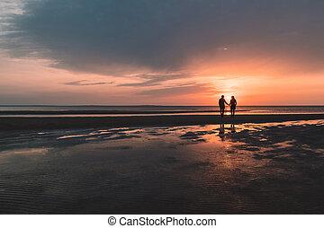 couple, autumn., jeune, plage coucher soleil, aimer