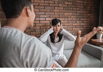 couple, avoir, argument, divan