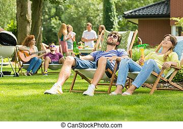 couple, bains de soleil, jardin