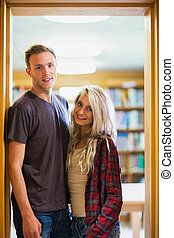 couple, bibliothèque, brouillé, contre, étagère, sourire
