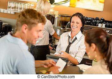 couple, bill payant, à, café, espèces, bureau