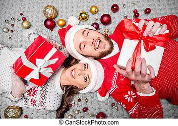 couple, boîtes, cadeau, heureux
