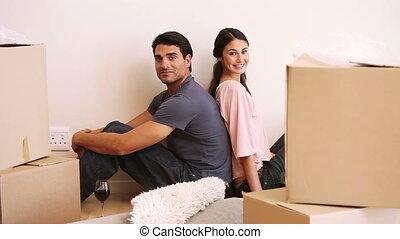 couple, boîtes, s'installer, salle