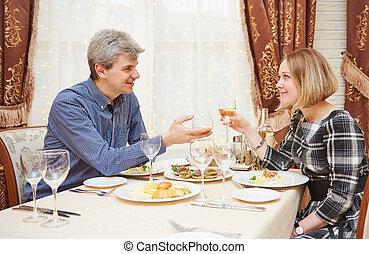 couple, boire, manger, jeune, restaurant