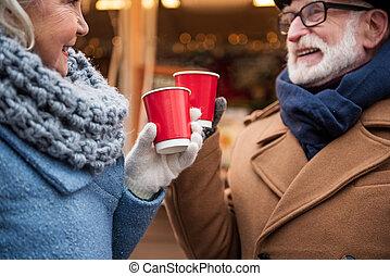 couple, boisson chaude, tintement, personne agee, tasses, content