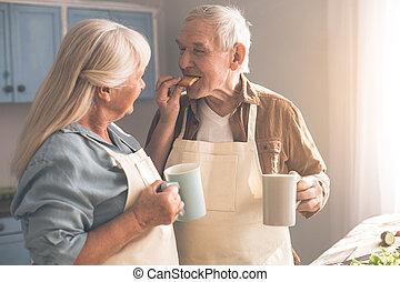 couple, bonbons, boisson chaude, maison, personne agee, boire, heureux