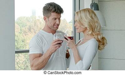 couple, célébrer, boire, heureux, vin rouge