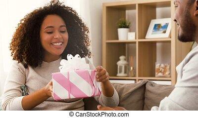 couple, cadeau, maison heureuse
