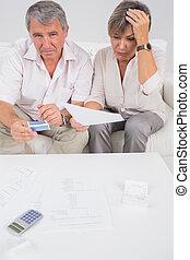 couple, calculer, accentué, factures