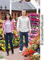 couple, centre jardin, tenant mains