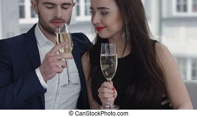 couple, champagne, grillage, restaurant