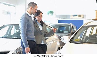 couple, chercher, a, voiture