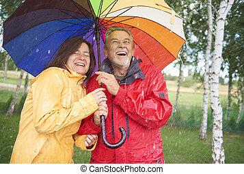 couple, chercher, abri, à, parapluie