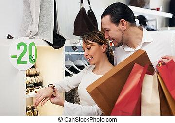 couple, choisir, bracelet, à, magasin