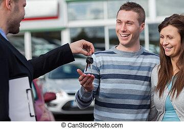 couple, clés, réception, concession automobile