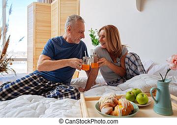 couple, clanging, lit, jus, petit déjeuner, avoir, lunettes