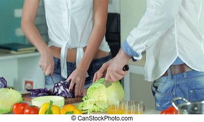 couple, coupé, appareil photo, directement, sourire, légumes, aimer