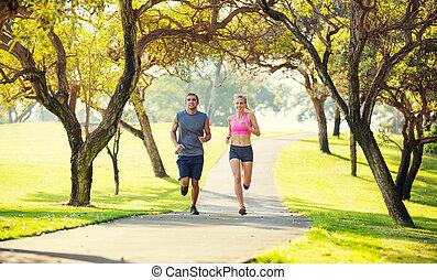 couple, courant, ensemble, dans parc