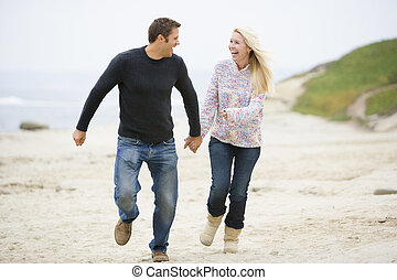 couple, courant, tenant mains, sourire, plage