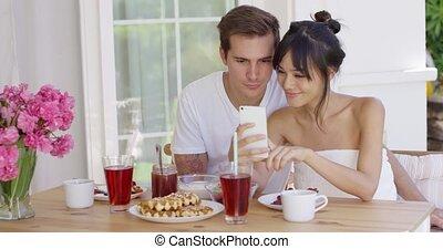 couple, course, mélangé, prendre, selfie, heureux