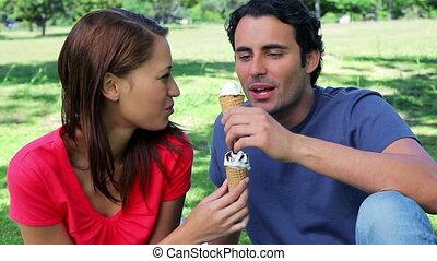 couple, crèmes, glace, joyeux, manger