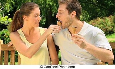 couple, crèmes, manger, glace