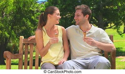 couple, crèmes, manger, séduisant, glace