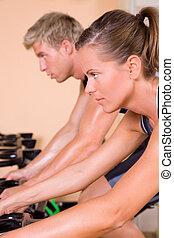 couple, cyclisme, gymnase