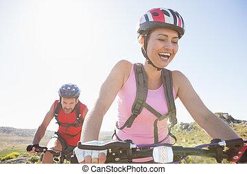 couple, cycliste, crise, équitation, montagne, ensemble, piste