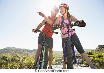 couple, cycliste, crise, montagne, regarder, piste, autour de