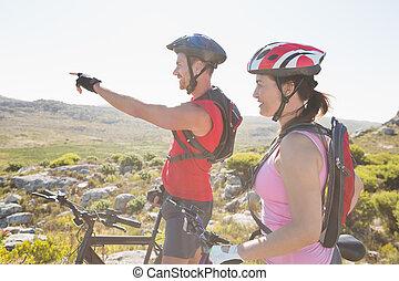 couple, cycliste, devant, crise, montagne, regarder, piste