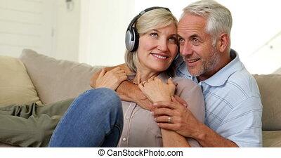 couple, délassant, divan