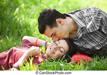 couple, délassant, sur, herbe verte