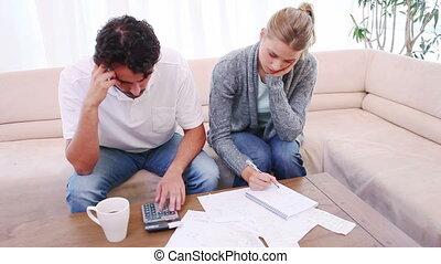 couple, dénombrement, leur, pensif, factures