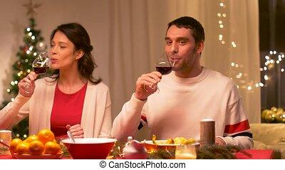 couple, dîner, vin buvant, noël, rouges, heureux