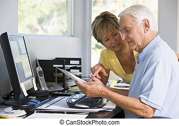 couple, dans, bureau maison, à, informatique, et, paperasserie