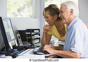couple, dans, bureau maison, à, informatique, et, paperasserie, sourire