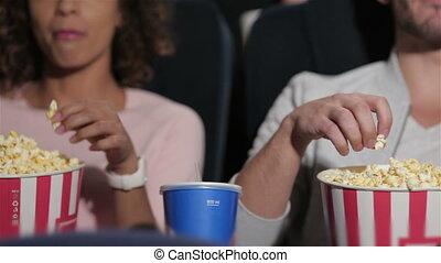 couple, dans, cinéma, théâtre, manger, pop-corn